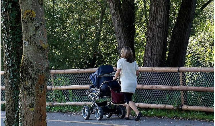 Ulm: Frau mit Kinderwagen von zwei Negern sexuell angegangen