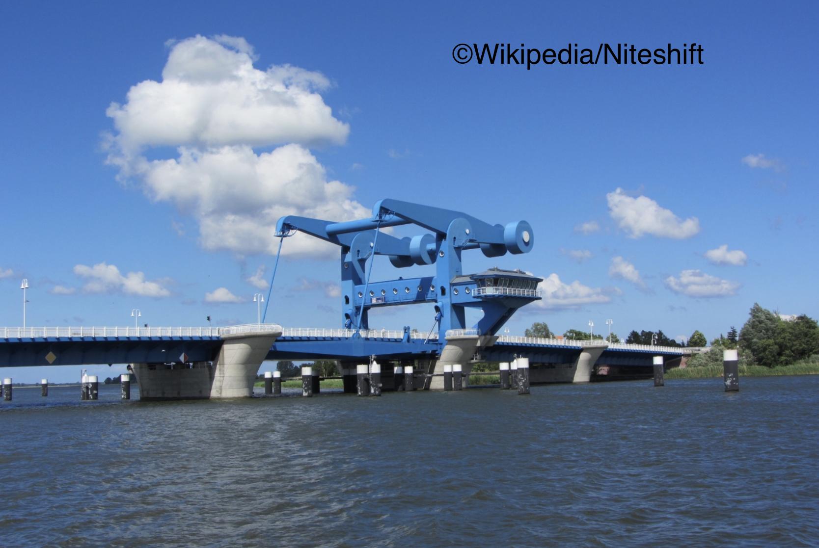 Mann springt von der Peenebrücke in Wolgast