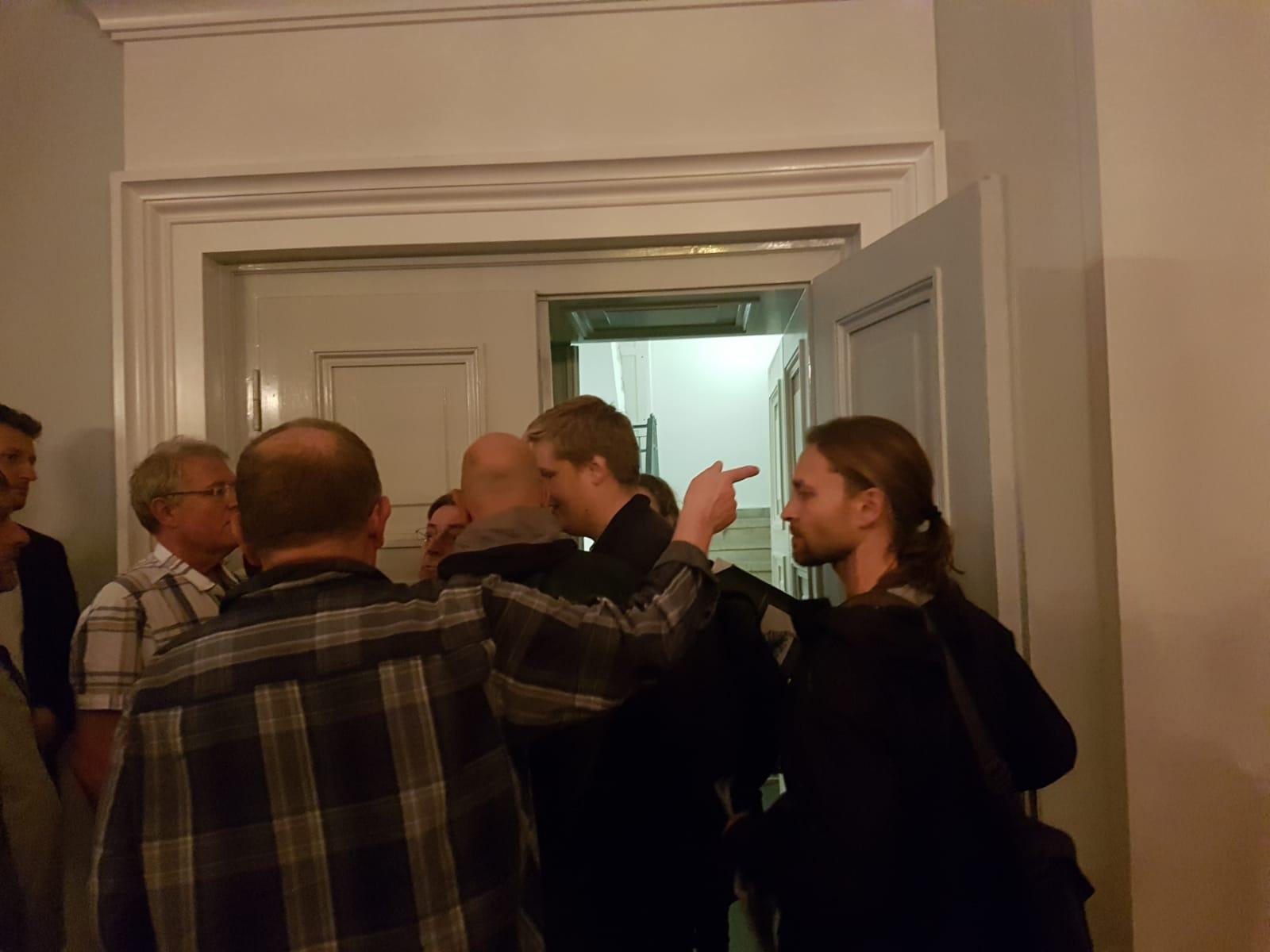 Schwerin: Klimaschutzstaffel stürmt AfD-Veranstaltung