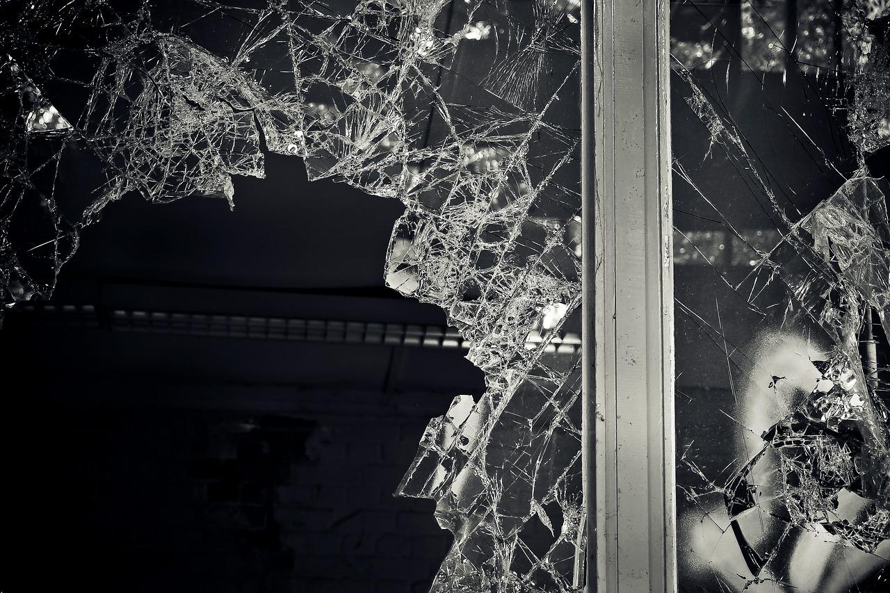 Pasewalk: Unbekannte zerstörten zahlreiche Fensterscheiben