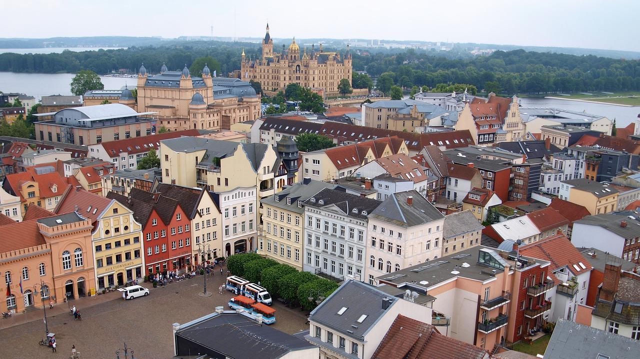 Schweriner Stadtvertretersitzung: PARTEI-Politiker wütet im Netz