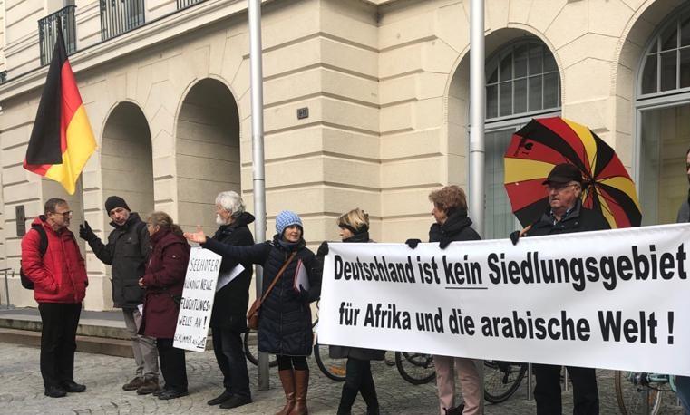 Aggro-Minister Meyer bepöbelt Protestler