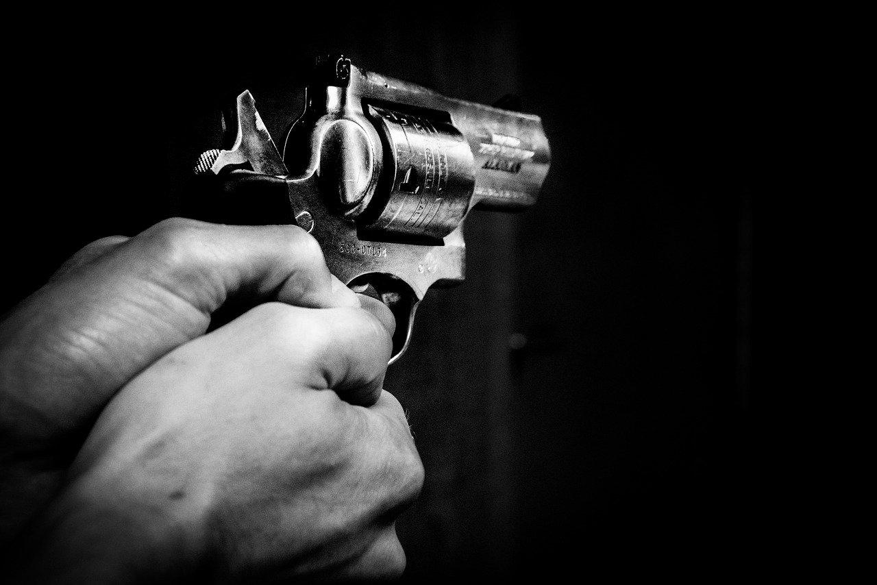 Polizist angeschossen und Leiche gefunden