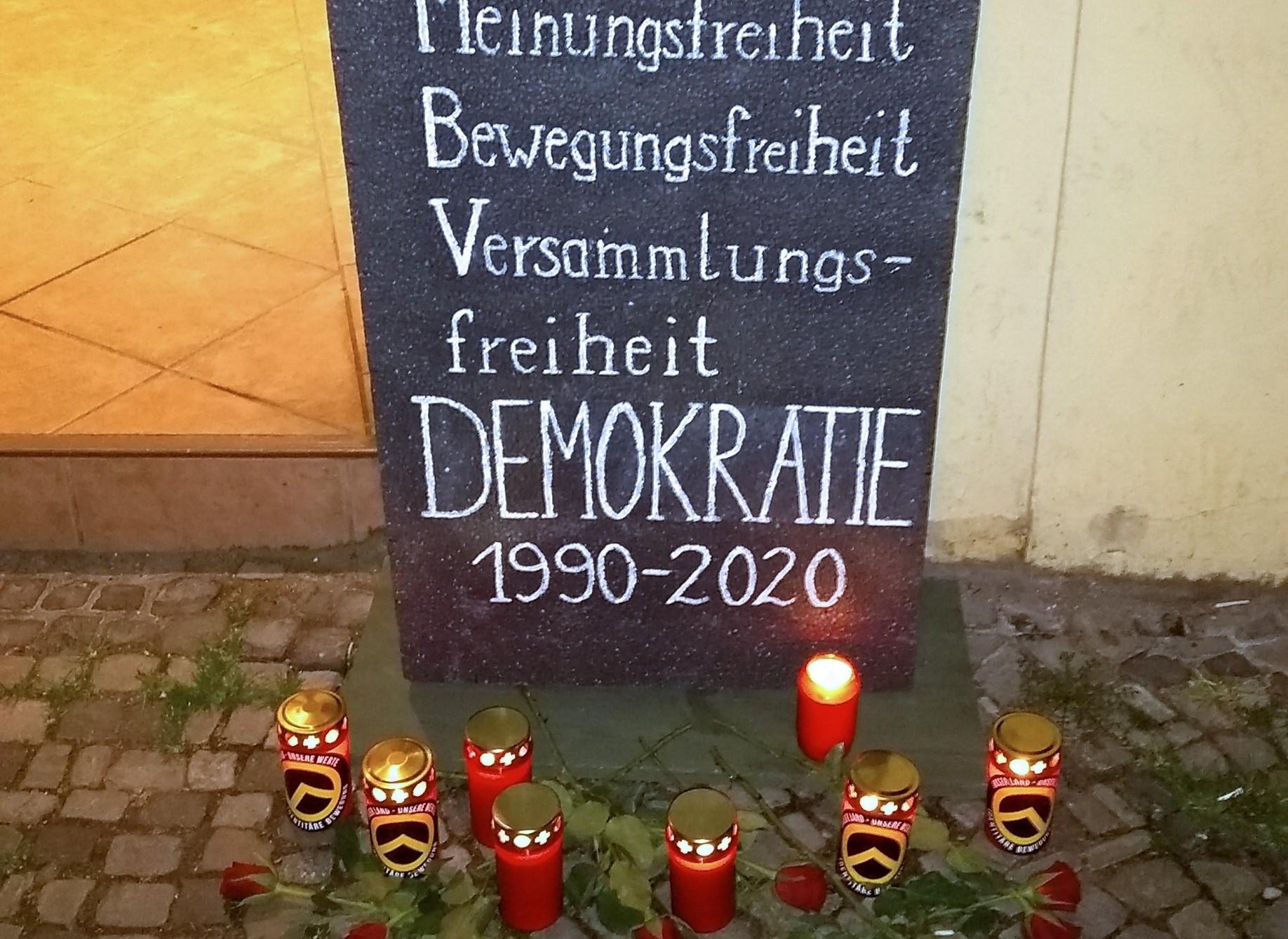 IB legt Grabstein vor Merkels Büro