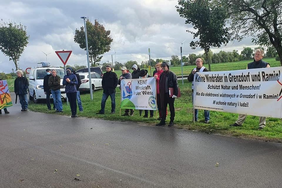 Hunderte Menschen protestieren gegen Windkraftausbau