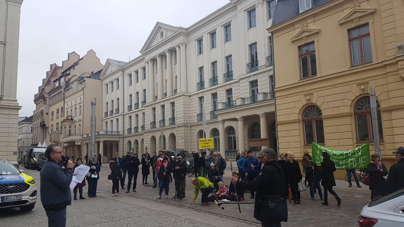 Schwerin: Querdenker-Protest vor der Staatskanzlei
