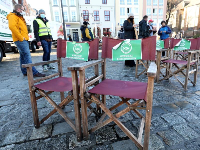 Aktion «Leere Stühle»: Gastronomiebranche fordert Klarheit