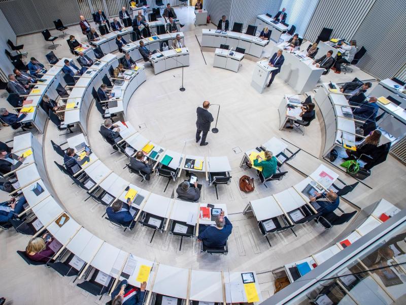 Rot-Rot-Schwarz besiegelt Rekordschulden – AfD will klagen