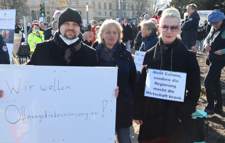 Großprotest vor dem Landtag: Unternehmer wollen Lockerung
