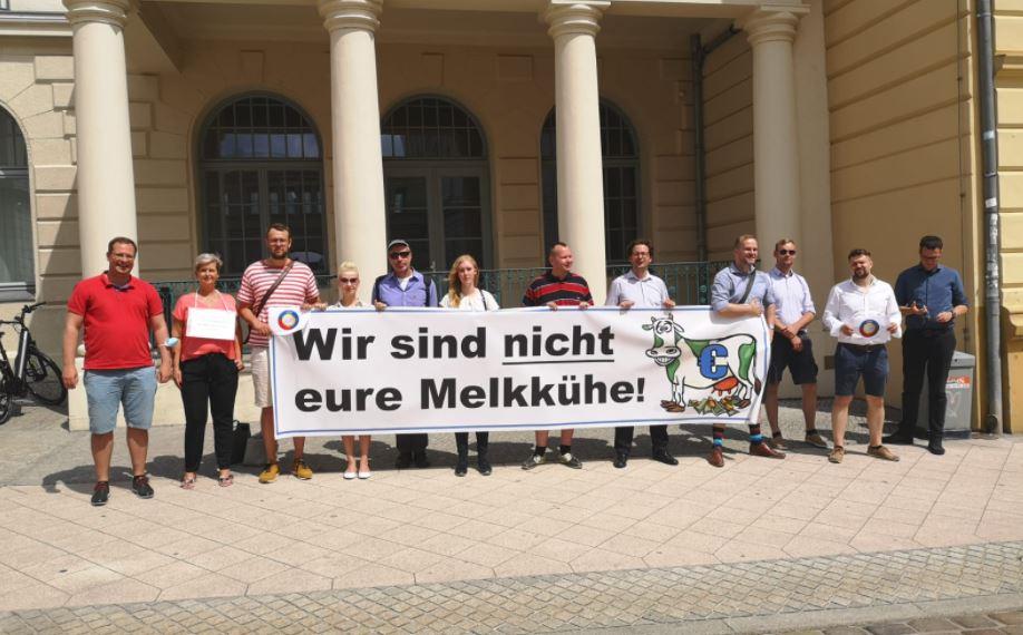 Steuerzahlertag: Mahnwache am Finanzministerium MV