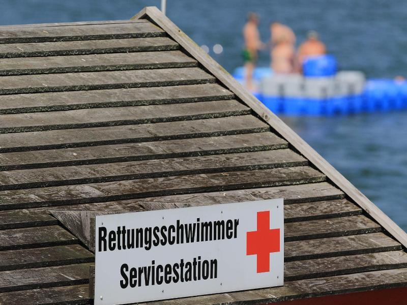 Retter holen hilflose Frau aus Ostsee